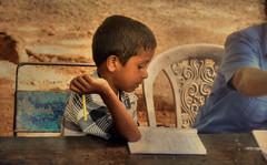 I learn (Saint-Exupery) Tags: srilanka niño kid robado candid retrato portrait escuela school aprender learn leica