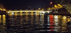 Le pont  Neuf sur la Seine à  Paris (louis.labbez) Tags: labbez monument paris seine france sculpture ombre nuit lampadaire night illumination rouge pont bridge river fleuve red blanc white bleu blue jaune couleur reflet reflection éclairage iledefrance