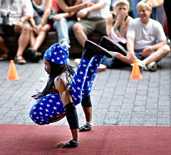 When 4th of July acrobatics go wrong. (Ryan Brenizer) Tags: nyc newyorkcity blue newyork yoga nikon candid july 2006 noflash southstreetseaport yogi streetperformer d200 contortionist july4th 85mmf14d indepenenceday
