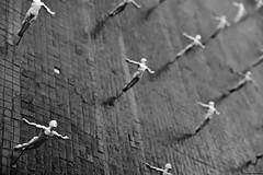 It's raining men (II). (Carlos Arriero) Tags: newyork estadosunidos nuevayork itsrainingmen estánlloviendohombres blancoynegro blackandwhite bw diagonal diagonals diagonales nikon d800e tamron 2470mm salto composición composition art creative creativa