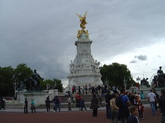 Fountain by Buckingham Palace (rat_racer) Tags: london 2005 sightseeing tourist tourism fountain monarchy royal buckinghampalace geolat515018 geolon01405 geotagged