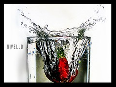 Strawberry splash! (rivello) Tags: splash water agua drops morango strawberry rivello copo glass corvermelha