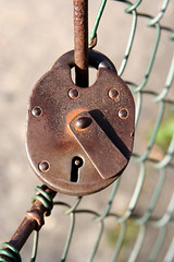 padlock (Leo Reynolds) Tags: canon eos 350d iso100 lock 100mm f56 padlock 0ev 0008sec macrodecay hpexif groupmacrodecay grouplockedaway leol30random xratio23x xleol30x
