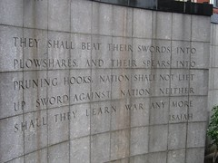 Cita bíblica junto a la sede de la ONU