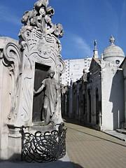 Rufina quiere salir (:Antonio) Tags: cementerio cemetery recoleta buenosaires buenos aires argentina escultura sculpture