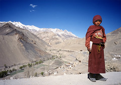 (idogu) Tags: world travel blue red sky people india mountains color topf25 510fav catchycolors bravo asia colours culture monk redandblue encounter myfavs novice blueandred travelphotography cachycolors my10photos xxxxx 1show websetfavorite selectshow
