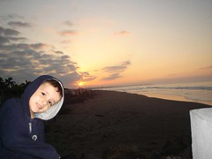 DSC08130 (ing.edmundo) Tags: boy sunset cloud sun sol beach sunshine clouds mar kid sand playa arena nubes axel nio alejando