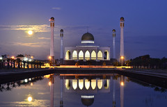 islamic center Hatyai Thailand (jamal buanam) Tags: travel blue sky urban water architecture night clouds thailand muslim islam citylife tajmahal mosque songkhla bluehour masjid hatyai populartags traveldestination travelandtourism tajmahalthailand