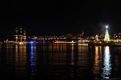 Stockholm by night (Keinsei2) Tags: stockholm suède sverige nuit night eau water mer baltique christmas xmas noël light lumière sapin tree boat bateau fujifilm xa1