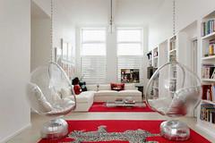 Окна в пол, белые стены, прозр мебель