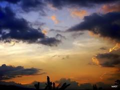 100_0182 (motanbou90) Tags: sky cloud sun canon soleil photos lumire coucher bleu ciel nuages lumieres cameroon lumineux luminescent solaire nuageux skycolors systme mbouda consciencedepaix motanbou bernalds