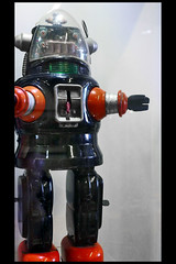 speelgoedrobot robby 01 (museum vd 20e eeuw hoorn 2016) (Klaas5) Tags: netherlands holland ©picturebyklaasvermaas niederlande paysbas nederland vormgeving museum museumvande20eeeuw museumofthe20thcentury exhibition tentoonstelling midcenturydesign toy speelgoed robot toyrobot speelgoedrobot
