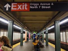 201610146 New York City subway station 'Bedford Avenue' (taigatrommelchen) Tags: 20161043 usa ny newyork newyorkcity nyc brooklyn central perspective icon urban railway railroad mass transit subway station tunnel mta sign