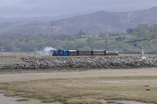 RD13225.  DHR B19 arriving at Porthmadog Harbour Station.