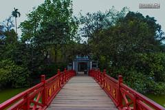 Passerelle typique (CH-Romain) Tags: vietnam viet vietnamese vietnamien asia asiatique asie arbre nature hanoi hoan kiem lac lake pont passerelle ile island tree culture eau