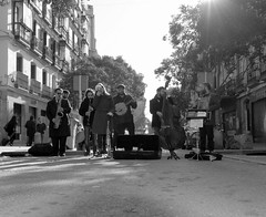 Madrid 17 (pjarc) Tags: europe europa spagna spain espana madrid dicembre december 2016 suonatori musicans strada street persone peoples allaperto foto photo digital bw black white biancoenero nikon hot jazz band gruppo musicale