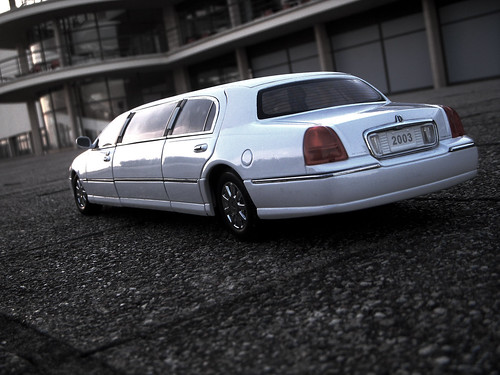 2003 Lincoln Town Car Stretched Limousine 1 18 Diecast By Sunstar