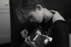 Supercool.  Tom heeft van gitaarleraar Rob de openingsakkoorden van Sweet Child O'Mine geleerd. #og: (rubentijdlijn) Tags: og