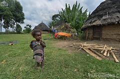 bambina, child (paolo.gislimberti) Tags: persone persons gente people ritrattoambientato environmentalportrait villaggio village capanne dwellings povertà poverty