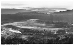 Entre la bruma. (José Manuel Lamas Photography) Tags: bruma niebla fog paisaje landscape village pueblo amanecer sunrise canon canoneos7dmarkii blancoynegro blackandwhite monocromático monocromo monocolor sol sun feás galicia ourense humo smoke invierno winter mountain montaña colina cima climb ray rayo cielo sky luz ligth composición encuadre magic awesome beautiful photographer photo morning earth tierra world mundo shot perspectiva cámara vista panorama view idea enfoque rural árbol tree amazing frío bosque forest campo horizonte focus foco lens población aldea valle valey prado