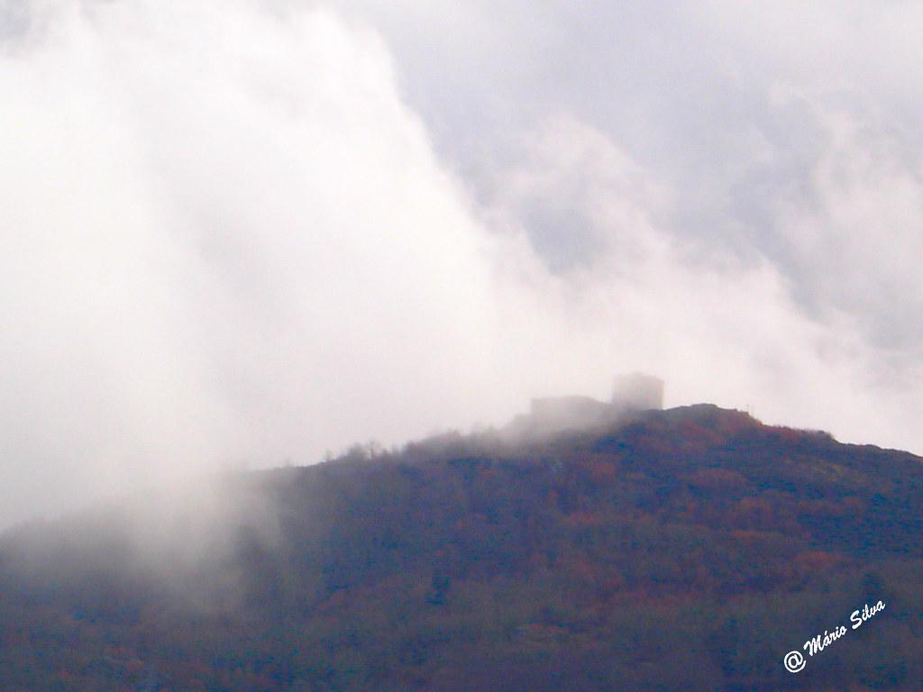 Águas Frias (Chaves) - ... a névoa invade o Brunheiro e quase esconde o castelo de Monforte de Rio Livre ...