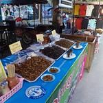 Maden und Heuschrecken auf dem Samstagsmarkt von Chiang Rai