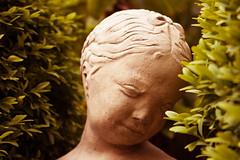 Dame im Busch (Brigitte Kutzner) Tags: skulptur dame garten beton