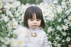 Miu in the bairnwort garden (shine.vietnam) Tags: flower beyondbokeh mother mom mummy mommy children child baby little bokeh bairnwort portrait canon garden adorable cute lovely