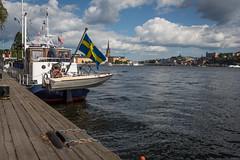 Stockholm #1 (L'Teigneux) Tags: stockholm suède city ville sea mer été summer flag drapeau sweden gamlastan bateau boat