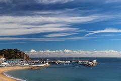 Núvols de vent (Albert T M) Tags: blanes portdeblanes mediterrani laselva costabrava portpesquer blau azul bleu blue núvols núvolsdevent catalunya catalonia catalogne cataluña