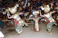 26-402 (ndpa / s. lundeen, archivist) Tags: flowers costumes girls people bali color film girl kids 35mm children indonesia dance costume clothing hands child dancing audience 26 stage traditional nick fingers performance culture dancer southpacific barefoot 1970s spectators 1972 youngwoman indonesian headdress onlookers balinese dewolf oceania pacificislands youngwomen headdresses nickdewolf photographbynickdewolf pacificislandculture reel26