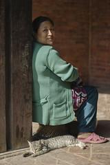 बिरालो (Gabriel Aljundi) Tags: nepal नेपाल bhaktapur nepali newar newari woman portrait old tradition hinduism photo canon 600d dsrl model lightroom light luz lady gente foto day daylight photography trip retrato viaje people street calle aire libre cat gato