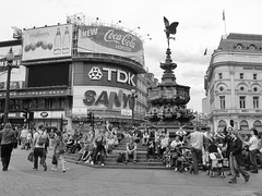"Londres - Picadilly Circus • <a style=""font-size:0.8em;"" href=""http://www.flickr.com/photos/15452905@N02/32299034495/"" target=""_blank"">View on Flickr</a>"