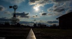 Camino al sol | Road to the sun (Jinglero) Tags: sol tren nikon arboles exterior viento molino nubes nublado silueta estacin horizonte brillo claroscuro vias estacindetren d5200 nikond5200
