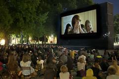 """Und in der Mitte da sind wir bei Kino unter Sternen • <a style=""""font-size:0.8em;"""" href=""""http://www.flickr.com/photos/39658218@N03/19606284281/"""" target=""""_blank"""">View on Flickr</a>"""