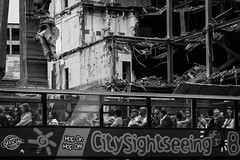 CitySightseeing - Berlin (Sebastian Jacobitz) Tags: street blackandwhite bw building berlin monochrome canon germany 50mm sightseeing streetphotography garten zoologischer 1100d