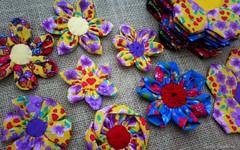 flores de tecido (Carla Cordeiro) Tags: fuxico chita dobradura floresdetecido linhaeagulha feitocom♥ dobraduradetecido orinuno
