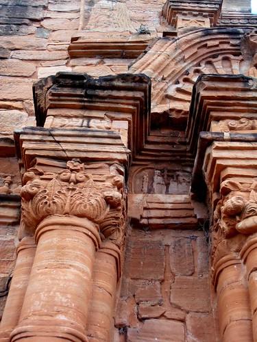 Tallas jesuítico-guaraníes en areniscas de la formación Solari (Triásico-Jurásico inferior)