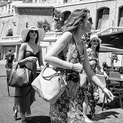 Three tourists (Jorge_Soriano) Tags: beauties hats fotógrafos threegirls streetphotography tatuajes lugares elegantpeople generos glasses outfit monaco sombreros tatooes treschicas mónaco mc
