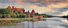 The castle of the crusaders (Sizun Eye) Tags: castle malbork marienburg château teutonic order poland europe historic unesco world heritage monument landmark teutonicknights nogat river sky dramatic reflections sizuneye sizun nikond90 nikon d90 crusaders