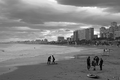 surf time (pepe amestoy) Tags: streetphotography blackandwhite muchavista elcampello spain fujifilm xe1 carl zeiss t planar 250 zm leica m mount