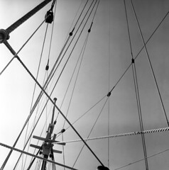 102759 04 (ndpa / s. lundeen, archivist) Tags: nick dewolf nickdewolf october bw blackwhite photographbynickdewolf 1959 1950s film 6x6 mediumformat monochrome blackandwhite mass massachusetts plymouth harbor plymouthharbor ship tallship mayflowerii historical mast ropes gear rope rigging detail details