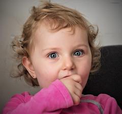 Séréna (Kaya.paca) Tags: matin reveil enfant sourir yeux bleu couleurs fillette joie bonheur famille vacance noêl provence alpes côtedazur paca bouchesdurhône canon5dsr france lumièrenaturelle