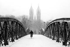 Eis(en)fresser (ploh1) Tags: freiburg schnee winter kalt fahrradfahrer wiwilibrücke timwieseerschrecker kirche fahrrad sw bw schwarzweis