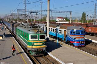 UZ ChS2-476 (Nr. 375 Kharkov - Kherson) and ER2-425, Krivoj Rog-Glavnij, 2013/05/08.