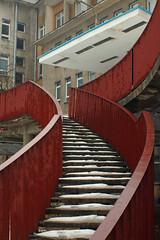 Fantazyjne schody (jacekbia) Tags: schody stairs architektura architecture budynek building linie lines czerwony red krzywe m42 35mm revuenon canon 1100d outdoor