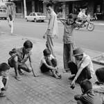 Saigon 1972 - Photo by A. Abbas - Chơi cờ carô trên vỉa hè đường Tự Do thumbnail