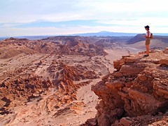 María Ángeles observando el desierto, Atacama. (eustoquio.molina) Tags: chile panorama san pedro atacama desierto geología geomorfología