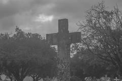 Cemitério (Vincent Zanicheli) Tags: cruz pedra cemitério dia diferente tudo depende do seu olhar pirassununga brasil interior são paulo céu lindo azul estatua arquitetura escultura nevoa preto branco