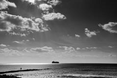 Caminando hacia el horizonte (nemenfoto) Tags: caminante oscuro mar sea mediterraneo mediterrania mediterranean mallorca barco muelle horizonte vaixell balears baleares balearic isla illa island nemenfoto landscape paisaje
